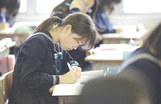 授業に集中している生徒