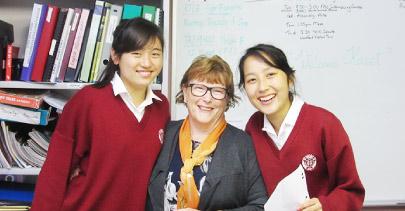 現地教師と留学生二人。