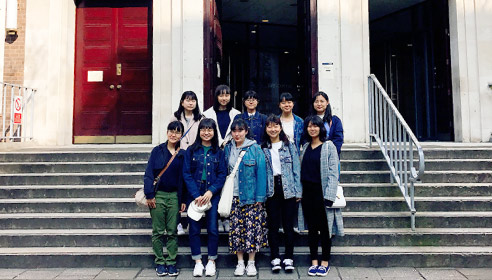 ロンドン大学で、生徒約15人の集合写真。