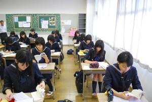 ▲まずは2年A組の様子から。朝の授業が始まる前の25分間、こんなふうに静かに英単語の問題を解いています。