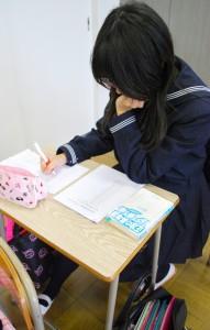 ▲早くできた生徒は、問題用紙を取り替えて、次から次へと解いていきます。