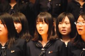 ニュージーランドの伝統曲を斉唱する生徒たち