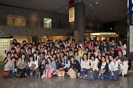 中3修学旅行、成田空港からの出発時の集合写真