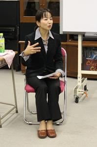 秋沢淳子さんのが熱心にお話されている様子