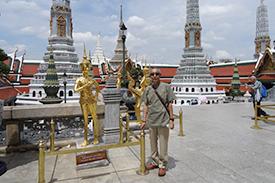 バンコク市内の仏教寺院にて