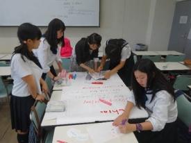 留学生と課題に取り組む