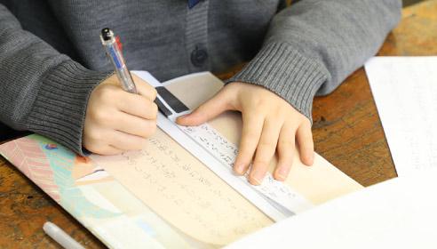 書写をしている生徒の手元。