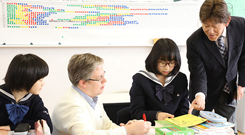 生徒を挟んで、ネイティブ教師と日本人教師が丁寧に指導中。