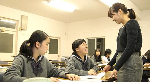 放課後の講習風景。OGが優しく話しかける。