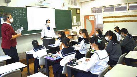 ネイティブ先生と笑顔で話している生徒
