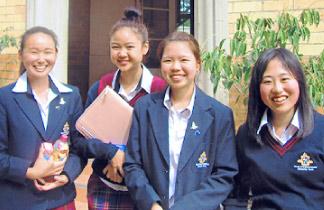 海外で佼成女子生徒4人