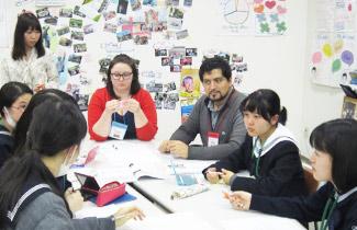 一つのテーブルを囲んで、世界各国の留学生と佼成女子の生徒が一緒に討論しています。