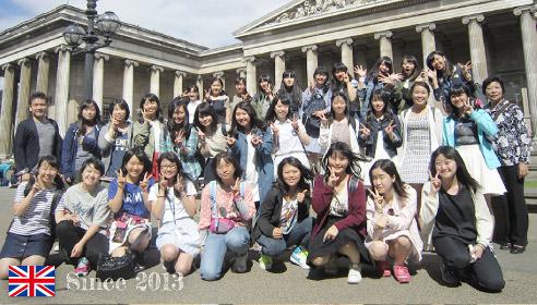 イギリスで、ピースサインの生徒約30人の集合写真。