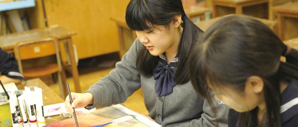 生徒が絵を描いています。