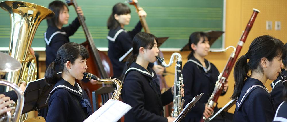 吹奏楽部、演奏中。