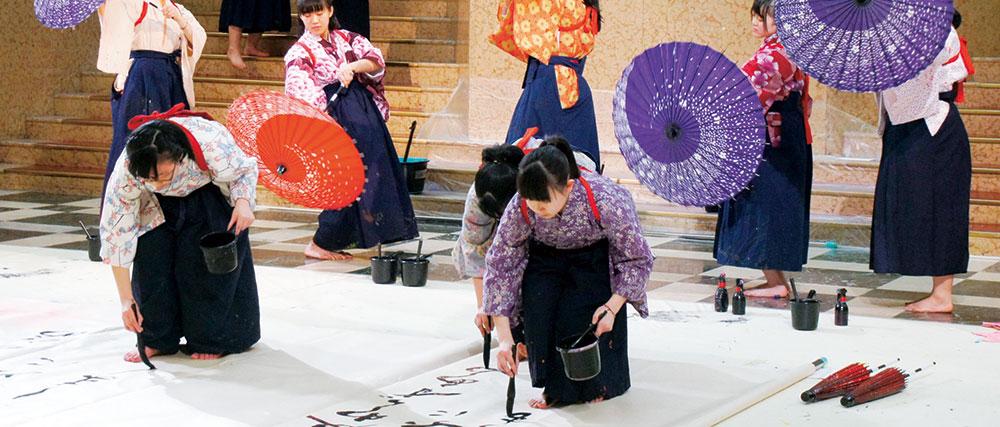 紋付き袴を着て、晴れやかなパフォーマンスを披露。