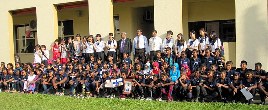 スリランカで現地生徒と集合写真