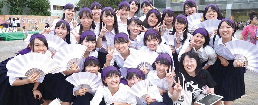 乙女祭、紫鉢巻きをヘアーバンドに。笑顔の集合写真。