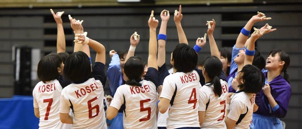 ハンドボール試合中。人差し指を立てて、みんなで円陣。