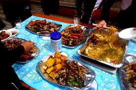 テーブルに美味しそうな食べ物。