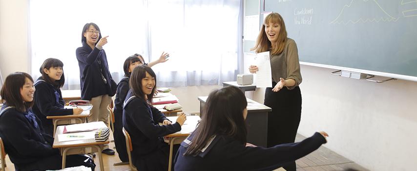 元気よく手を挙げている生徒