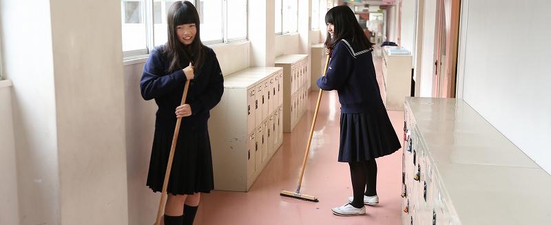 清掃する生徒
