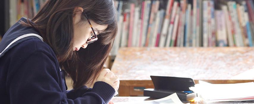 自習室で勉強中の生徒。