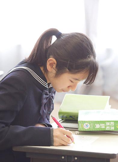 勉強中の女子生徒