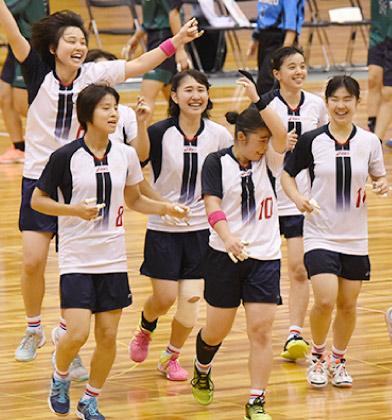ハンドボール部員が爽やかな笑顔で、体育館をジョグ。
