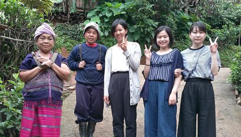 タイの子どもたちと一緒に山奥の村で笑顔の生徒たち、ピースサイン。