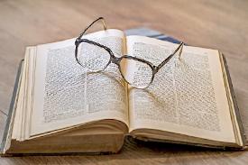 開いた本とメガネ
