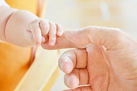 赤ちゃんと大人の指