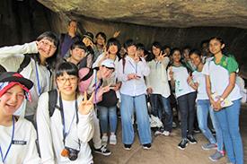 イスルムニア精舎周辺の洞窟にて